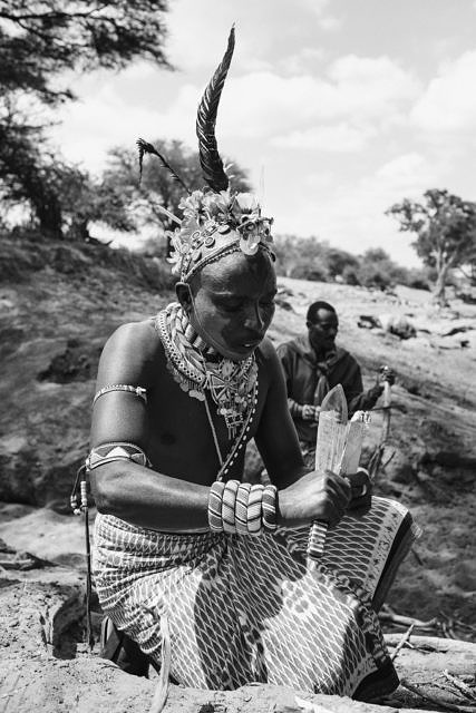 Kenya - Lewasso, the Masai preparing to get fresh honey