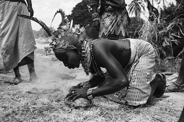 Kenya - Lewasso, the Masai preparing to get fresh honey